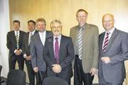 Auf der Versammlung (von rechts ): Innungs-GF Heinz Essel, OM Jan- Henning Körner, Hausherr Norbert Hupe, Vorstandsmitglied Dirk Hansen, Zentralverbands-HGF Amin Werner und Lehrlingswart Heinrich Wulf-Raczka.