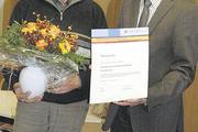 Obermeister Matthias Zieseniß (rechts) gratuliert Wilhelm Grotjahn zum 100-jährigen Geschäftsjubiläum.