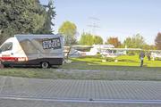 Hat Aufsehen erregt: Punktlandung am Bäckermobil von Reiner Stolzenberger, der die Piloten spontan bewirtete.