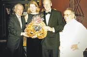 Verbandsgeschäftsführer Andreas Kofler (links) und Bäckermeister Rudolf Frank statteten Stuttgarts Oberbürgermeister Wolfgang Schuster und seine Frau Stefanie mit einer etwas größeren Brezel aus.
