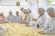Fachlehrer Joachim Burkhart hatte mit den Gästen aus China sehr gelehrige und engagierte Schüler.