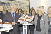 Obermeister Ludwig Schmitt und die Frauenbeauftragte des Landkreises, Amarelle Opel, mit Aktionstüten und den übrigen Teilnehmern der Eröffnungsveranstaltung in Erbach im Odenwald.