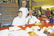 Gut zu tun hatten Stollenprüfer Eckard Kubisch (rechts) und sein Assistent Christian Hebbel. Hinten Mitte Stefan Marks, Leiter der überbetrieblichen Lehrbackstube.