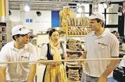 Tobias Pfaff (l.) und Joachim Burkhart, Fachlehrer der Akademie Deutsches Bäckerhandwerk Stuttgart, nutzten neben ihrer Backschau die Gelegenheit, mit der Frau des Südtiroler Landesinnungsmeisters Profanter zu fachsimpeln.