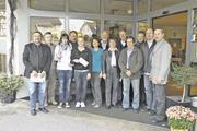Auf der Versammlung der Bäckerinnung Mosbach wurden Daniela Beese (5.v.l.) und Tanja Buyer (3.v.l.) mit dem Bäko-Nachwuchsförderpreis als Prüfungsbeste der Gesellenprüfung 2010 ausgezeichnet.