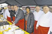 Der Stollenanschnitt auf dem Weihnachtsmarkt Hanau leitete die Benefiz-Aktion der Bäckerinnung Untermain offiziell ein.