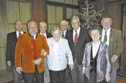 ZV-Präsident Peter Becker (3.v.r.) mit einigen Gästen der Seniorenweihnachtsfeier.
