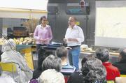Elke zu Münster und Firmeninhaber Josef Baader machten den 50 Seminar-teilnehmern Dinkelbackwaren buchstäblich schmackhaft.