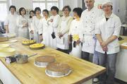 Organisationsleiterin Mutsuko Shimazu (4. von rechts) und ihre Kolleginnen mit Fachlehrerin Gisela Reisacher und Schulleiter Arnulf Kleinle (von rechts).