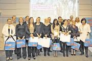 Zu den Besten im Rhein-Kreis Neuss zählten auch die Bäckerin Katharina Nelles (1. Reihe, 4. von links) und die Fachverkäuferin Anna-Maria Kesselmann (3. von links), die mit Urkunde und Prämie ausgezeichnet wurden.