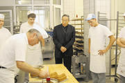 Kardinal Rodríguez besichtigte die Ausbildungsbackstube der Bäckerfachschule in Olpe. Vorn Ausbilder Heinz Bittner.