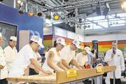 """Blick ins Finale des letzten Wettbewerbs zu """"Bayerns schnellstem Bäcker""""; am Arbeitstisch links vorne die spätere Siegerin Nicole Schön."""