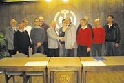 Vorstandschaft der Bäckerinnung Tauberbischofsheim: Geschäftsführer Lothar Teltscher gratuliert Obermeister Roland Rücker (5.v.l.) zu seiner Wiederwahl.