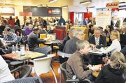 Die Winterbörse lockte mehrere hundert Besucher nach Münster. Das Messe-Café war gleichzeitig Möbelausstellung für Bistro, Café, Terrasse.