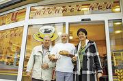 Wirtschaftsbürgermeisterin Margret Mergen und Karl-Heinz Jooß, Obermeister der Bäckerinnung Karlsruhe und FDP-Stadtrat, beglückwünschten Michael Neu (Mitte) zum gelungenen Umbau seiner Bäckerei.