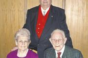 Clemens Herrmann (stehend), Vorstand des Kegelclubs, mit Gründungsmitglied Josef Wallenfang (99) und seiner Frau Anneliese.