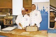 Obermeister Jan-Henning Körner (rechts) und sein Stellvertreter Heinz Hintelmann waren als Repräsentanten des Bäckerhandwerks dabei.