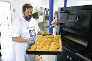 """Obermeister Karl Schreiber sorgte mit einem mobilen Ofen dafür, dass die Gäste nicht allzu lange auf """"ihr"""" Gebäck warten mussten."""