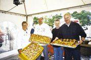 Im Zelt der Bäckerinnung Hamburg tätig waren Innungsvorstand Dirk Hansen mit Ehefrau Solvey, unterstützt von BKV-Nord Geschäftsführer Heinz Essel (r.) und Sohn Philipp Essel.