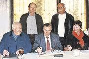 Gesangvereinsvorsitzende Ursula Hamenstädt mit Christoph Riede, Günter Markus, Werner Haub und Reinhard Pfannmüller.
