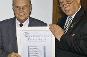Kreishandwerksmeister Erwin Simon mit dem Jubilar Josef Bönkhoff.