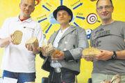 Tobias Wächter, Bäcker auf Wanderschaft (Mitte) bei der Brot- und Brötchenprüfung der Innung Bergstraße mit Karl-Ernst Schmalz (links) und Kuno Haßfurther.