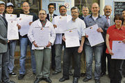 Zu dem Erfolg gratulierten MdL Peter Hauk (5. von links), Obermeister Friedbert Englert (links), Manfred Banschbach, Geschäftsführer der Kreishandwerkerschaft (3. von rechts) sowie Citymanagerin Andrea Zorn (rechts).