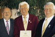 Für 50 Jahre aktive Innungsarbeit und Mitgliedschaft im Bäckerchor wurde Siegfried Loser (Mitte) von Obermeister Helmut Wind (links) und Waldemar Volz, Präsidenten des Landes-Bäckersängerbundes, geehrt.