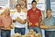 Obermeister Max Artmeier mit Brotprüfer Manfred Stiefel und den Bäckermeistern Peter Kalm, Hunderdorf und Walter Mergenthal (Straubing) freuen sich über die guten Ergebnisse der Brotprüfung (von links).
