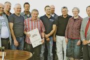 Der Vorstand der Innung Lahn-Dill mit (rechts) Peter Lehmann, Geschäftsführer der Kreishandwerkerschaft und Rainer Gabriel (5. von links, mit Urkunde).