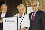 LIM Wolfgang Schäfer (von rechts) gratulierte Marianne und Manfred Schilling quasi mit dem Goldenen Meisterbrief.