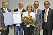 Gratulation zum 100-jährigen Bestehen der Bäckerei Bosch (von links): Innungsgeschäftsführer Frank Sautter, Justin, Elisabeth und Bernd Bosch mit Obermeister Dieter Siegel.