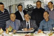 Auf der Versammlung in Kassel (vorne von links): Erich Horbrügger (KHS-GF) Obermeister Christoph Riede, stellv. OM Bernd Nelle. Stehend von links: Kurt Ehrmann, Ralf Döhne, Bäko-GF Franz-Josef Mais und Bernd Riede.