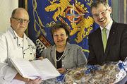 Bei der offiziellen Übergabe des Findbuchs (von links): Obermeister Josef Pelzer, Innungsgeschäftsführerin Alexandra Dienst und Dr. Ulrich S. Soénius.