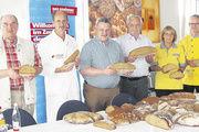 Brotprüfung in Hof (von links): Rainer Beckstein, Brotprüfer Manfred Stiefel, OM Harald Friedrich, Werner Purucker, Renate und Anton Hader.