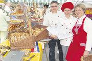 Obermeister Jens Herzog konnte Evelyn und Antonia Hofmann fünf Goldmedaillen und ein Silberprädidat für ausgezeichnete und sehr gute Brotqualität übergeben.