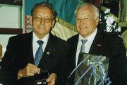 Hermann Aichele (links), geehrt und beschenkt von Paul Baier, Präsident der Handwerkskammer Freiburg.