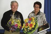 Nach 49 Jahren Arbeit für die Bäckerinnung Karlsruhe verabschiedet sich Verwaltungsmitarbeiterin Sylvia Roschy von Obermeister Karl-Heinz Jooß.