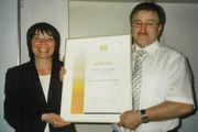 Obermeister Horst Gerber wurde von Verbandsgeschäftsführerin Ute Sagebiel-Hannich mit einer Urkunde als Meister im Ehrenamt geehrt.