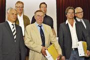 Mitgliederehrung und Bäko-Spitze (von links): Die Vorstandsmitglieder Dieter Pausner und Franz-Josef Mais mit Christoph Riede, Karl Heinz Urbach und Klaus Möller sowie AR-Vorsitzender Dirk Holzapfel.
