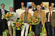 Ehrung langjähriger und verdienter Mitglieder durch Peter Nink (rechts) und Olaf Schütz (links). Dazwischen (von links) Kurt Weber, Werner Kifferle und Wolfgang Betz.