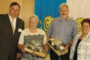 Aufsichtsratsvorsitzender Andreas Klingenberg (links) und Geschäfts- führerin Heike Mau (rechts) gratulieren Gisela Pieper und Berd Teuber zur 25-jährigen Mitgliedschaft.