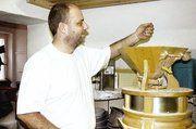 Das Demeter-Bio-Getreide wird in der Bäckerei täglich frisch gemahlen.