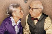 Auch ältere Menschen haben Spaß am Essen.