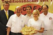 Glückwünsche an die Etappengewinnerin: Katharina Regele präsentiert ihre Gemüseschlaufe gemeinsam mit ihren Ausbildern (v. r.) Josef und Markus Klingenmaier sowie Jürgen Walter und Raph-Ingo Stein von Vandemoortele.