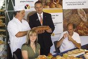 Fachverkäuferin Bellinda Heine, Brotprüfer Manfred Stiefel (von links) mit Obermeister Dietmar Link (links stehend) und Volksbankchef Henry Rauner.