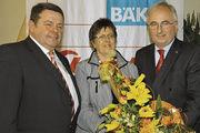 Fast 50 Jahre im Betrieb: Chefsekretärin Gisela Wendker wurde von Geschäftsführer Ulrich Bücker (links) und Alois Mensing, dem Aufsichtsratsvorsitenden der Ebäcko verabschiedet.