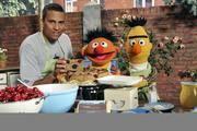 Der Kuchen sieht lecker aus: Klar, dass Xavier Naidoo, Bert und Ernie (v. l.) ihn nun verspeisen.