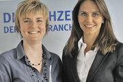 Freuen sich über den neuen Farbdruck: Anzeigenleiterin Nicole Felger (r.) und Kollegin Tanja Schechinger.