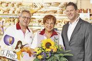 Die gut gelaunten Gewinner, das Ehepaar Heinrich und Gertrud Lang aus Köditz, bei der Preisübergabe mit Goldfrost-Bezirksleiter Lothar Dorn.